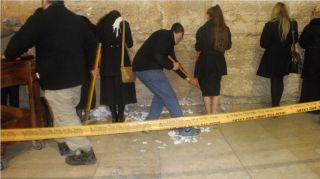 Уборка записок у Стены Плача, фото Киев еврейский